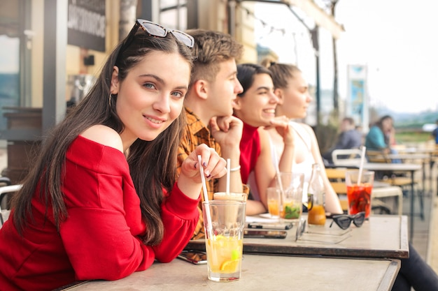 Groep vrienden die iets in een bar drinken