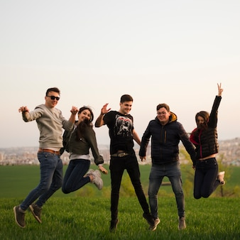 Groep vrienden die in aard springen