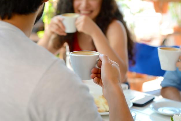 Groep vrienden die in de lokale koffiewinkel samenkomen.