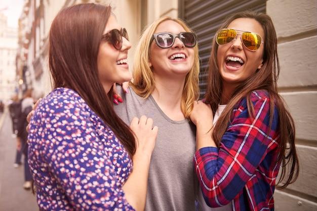 Groep vrienden die in de straat genieten