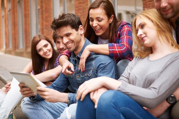 Groep vrienden die in de straat genieten Gratis Foto