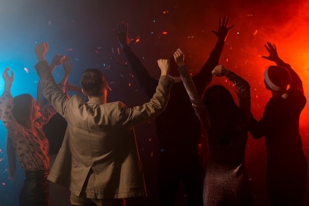 Groep vrienden die in een club dansen