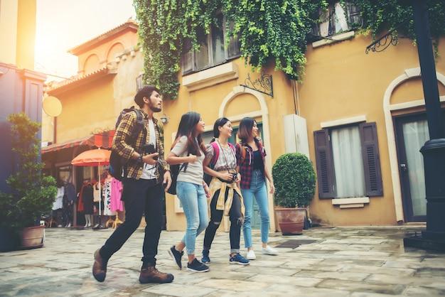 Groep vrienden die in het stadscentrum samenkomen. samen plezier maken door door de stad te lopen.