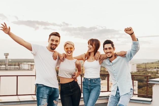 Groep vrienden die in openlucht van bij dak genieten