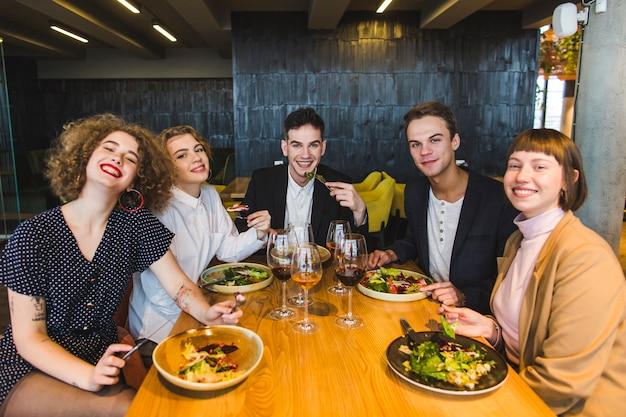 Groep vrienden die in restaurant eten