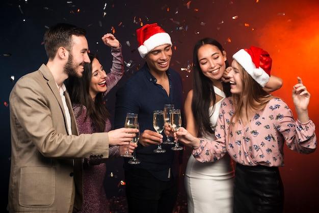 Groep vrienden die in viering van nieuwe jaren roosteren