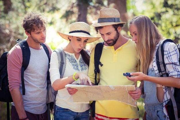 Groep vrienden die kaart bekijken