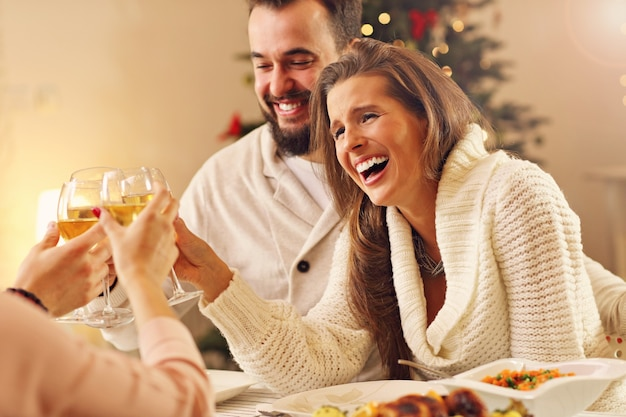 Groep vrienden die kerst thuis vieren