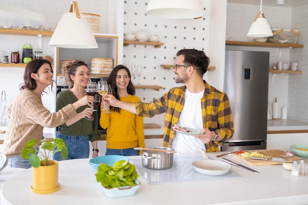 Groep vrienden die maaltijd in de keuken bereiden