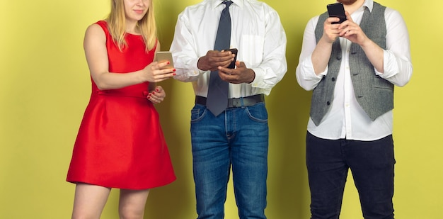 Groep vrienden die mobiele smartphones gebruiken. tieners verslaving aan nieuwe technologische trends. detailopname.