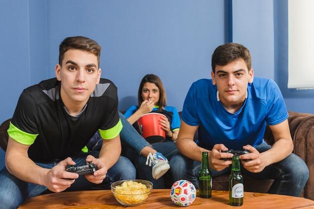 Groep vrienden die op de console spelen