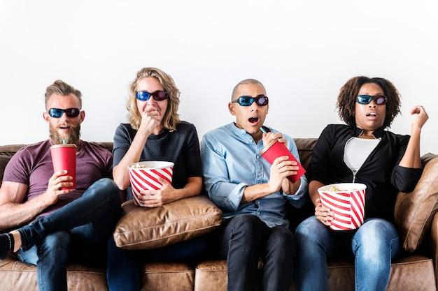 Groep vrienden die op een film letten