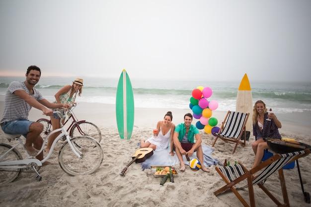Groep vrienden die picknick op het strand hebben