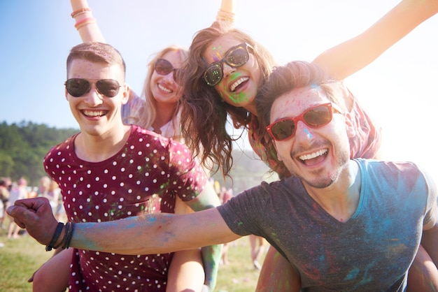 Groep vrienden die plezier hebben op het festival