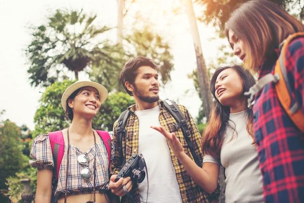 Groep vrienden die pret hebben die samen terwijl het reizen in stedelijk spreekt.