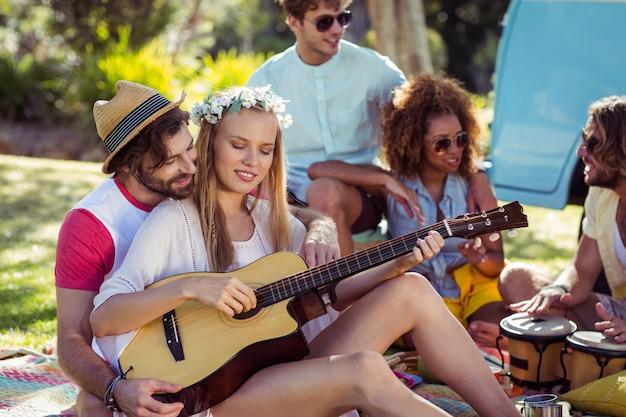 Groep vrienden die pret hebben en muziek spelen