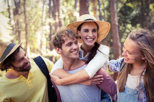 Groep vrienden die pret in bos hebben