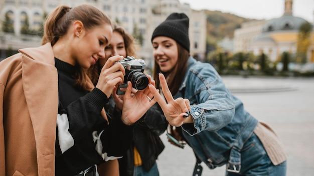 Groep vrienden die professionele camera controleren