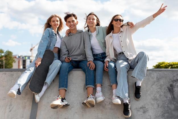 Groep vrienden die samen buiten quality time doorbrengen