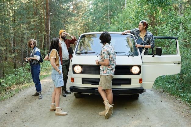 Groep vrienden die samen met een busje reizen en samen gaan kamperen