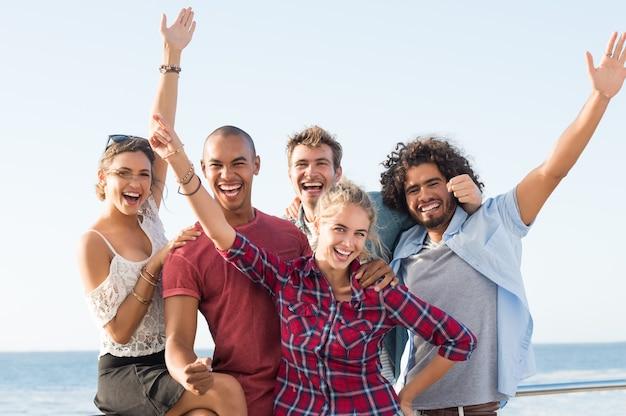 Groep vrienden die samen plezier hebben en vooraan kijken