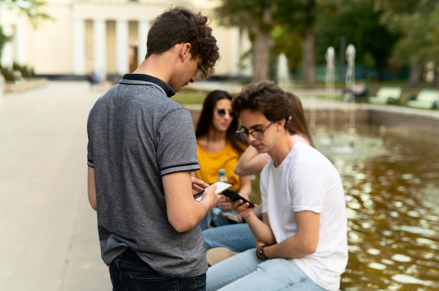 Groep vrienden die samen tijd doorbrengen buiten bij de fontein