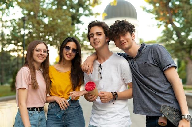 Groep vrienden die samen tijd doorbrengen buiten in het park