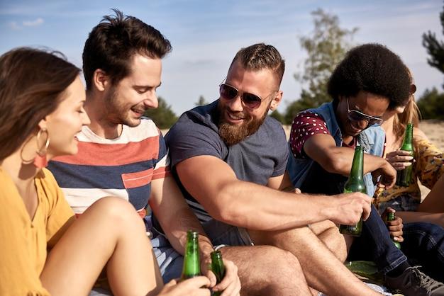 Groep vrienden die samen tijd doorbrengen op een zonnige dag
