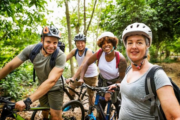 Groep vrienden die samen uit fietsen