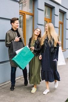 Groep vrienden die samen van het winkelen genieten