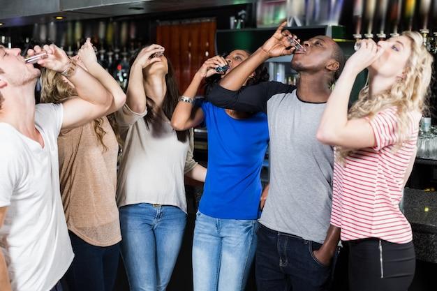 Groep vrienden die schoten drinken