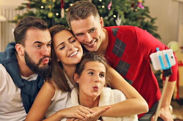 Groep vrienden die selfie maken tijdens kerstmis