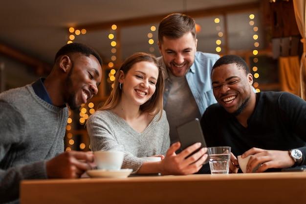 Groep vrienden die selfies nemen