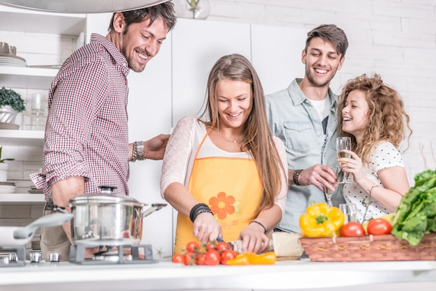 Groep vrienden die thuis koken om samen te dineren