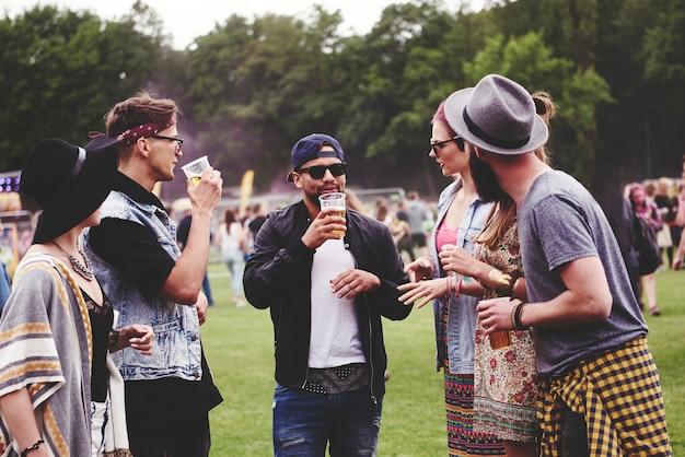Groep vrienden die tijd doorbrengen op het muziekfestival