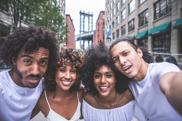Groep vrienden die tijd doorbrengen samen in de stad van new york