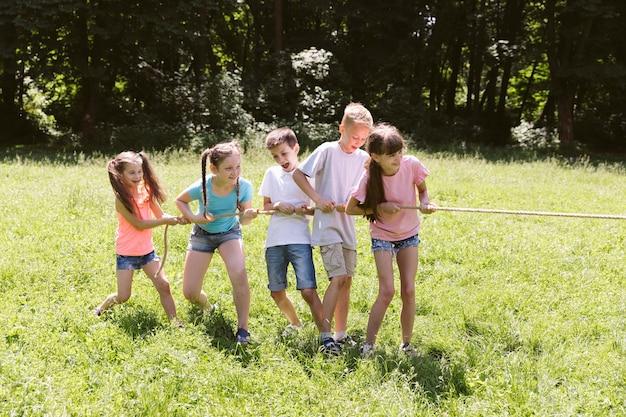 Groep vrienden die touwtrekwedstrijd spelen
