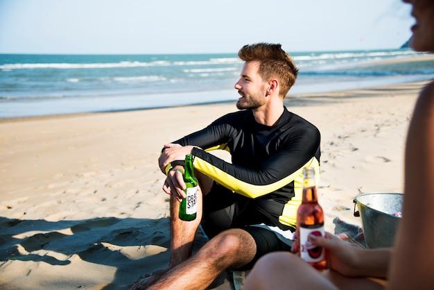 Groep vrienden die uit op het strand hangen