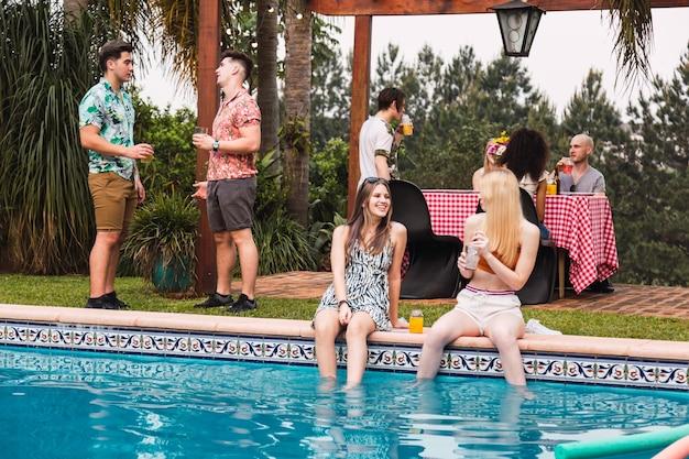 Groep vrienden die van de dag in een pool genieten