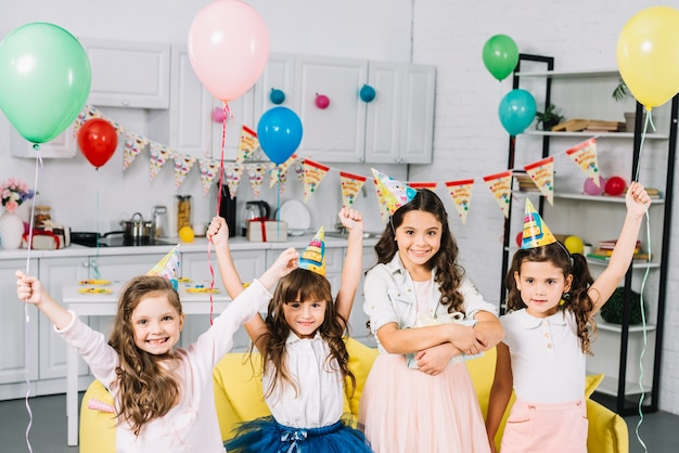 Groep vrienden die van de verjaardagspartij thuis genieten