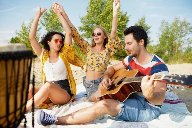 Groep vrienden die veel plezier hebben op het strand