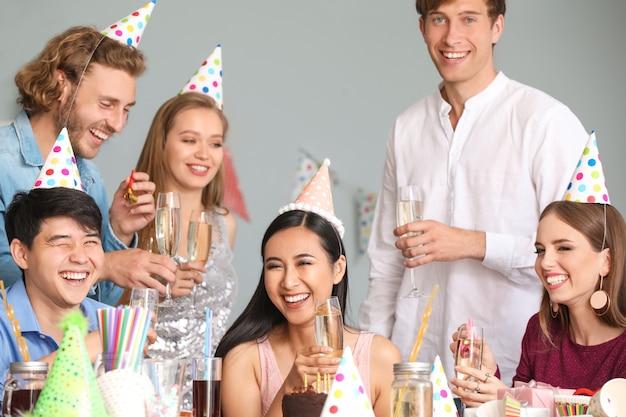 Groep vrienden die verjaardag thuis vieren