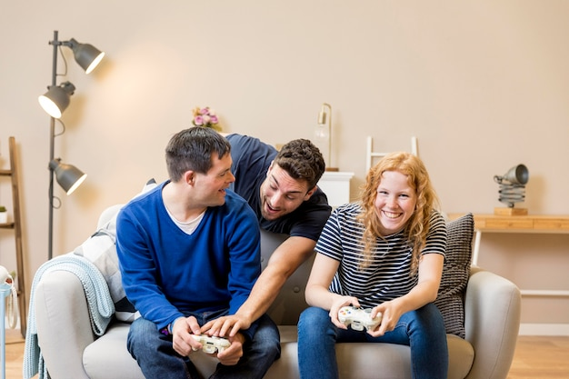 Groep vrienden die videospelletjes thuis spelen