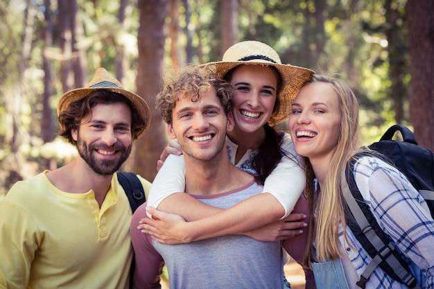 Groep vrienden die zich in bos verenigen
