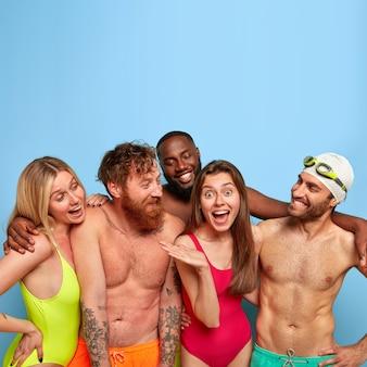 Groep vrienden die zich voordeed op het strand