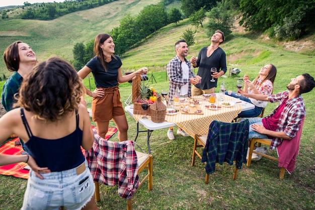 Groep vrienden eten in de natuur