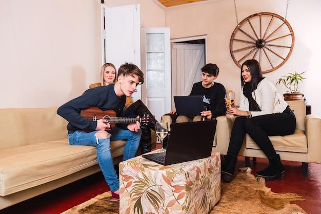 Groep vrienden genieten in een landhuis