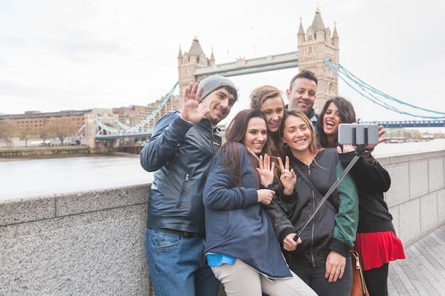 Groep vrienden genieten van het nemen van een selfie in londen