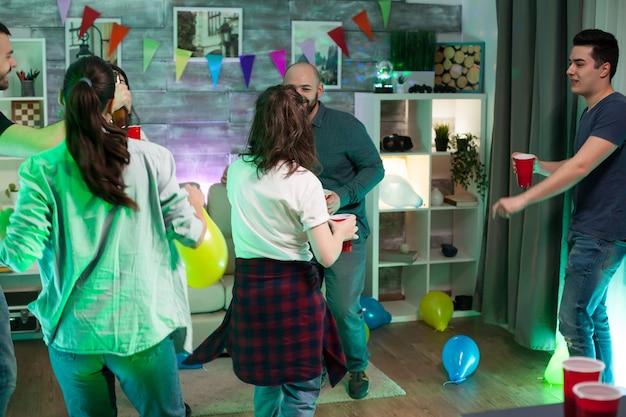Groep vrienden genieten van hun tijd op een feest met goede muziek en dans. jongeren levensstijl