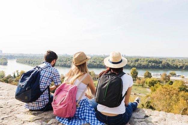 Groep vrienden genieten van schilderachtig uitzicht op buitenshuis
